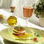 Tomates Mozzarella accompagnées d'une huile d'olive vierge extra
